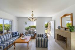 Гостиная. Кипр, Фиг Три Бэй Протарас : Очаровательная вилла в греческом стиле с 4-мя спальнями, тенистой террасой с патио и барбекю, расположена недалеко от пляжа Fig Tree Bay