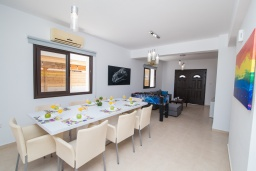 Обеденная зона. Кипр, Центр Айя Напы : Современная вилла с 4-мя спальнями, с террасой на крыше с видом на море и бильярдом, с бассейном, беседкой с уличным баром и традиционным кипрским барбекю, расположена недалеко от оживленного центра Ayia Napa