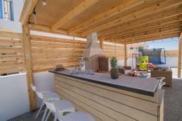 Беседка. Кипр, Центр Айя Напы : Современная вилла с 4-мя спальнями, с террасой на крыше с видом на море и бильярдом, с бассейном, беседкой с уличным баром и традиционным кипрским барбекю, расположена недалеко от оживленного центра Ayia Napa