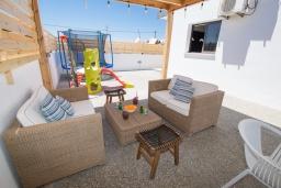 Патио. Кипр, Центр Айя Напы : Современная вилла с 4-мя спальнями, с террасой на крыше с видом на море и бильярдом, с бассейном, беседкой с уличным баром и традиционным кипрским барбекю, расположена недалеко от оживленного центра Ayia Napa