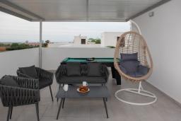 Терраса. Кипр, Центр Айя Напы : Современная вилла с 4-мя спальнями, с террасой на крыше с видом на море и бильярдом, с бассейном, беседкой с уличным баром и традиционным кипрским барбекю, расположена недалеко от оживленного центра Ayia Napa