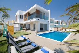 Вид на виллу/дом снаружи. Кипр, Ионион - Айя Текла : Современная вилла с потрясающим видом на Средиземное море, с 3-мя спальнями, с бассейном с джакузи, настольным теннисом, тенистой террасой с патио и уличным баром, детской площадкой, расположена в тихом районе около пляжа Ayia Thekla Beach