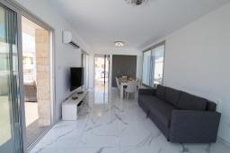Гостиная. Кипр, Ионион - Айя Текла : Современная вилла с потрясающим видом на Средиземное море, с 3-мя спальнями, с бассейном с джакузи, настольным теннисом, тенистой террасой с патио и уличным баром, детской площадкой, расположена в тихом районе около пляжа Ayia Thekla Beach
