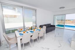 Обеденная зона. Кипр, Ионион - Айя Текла : Современная вилла с потрясающим видом на Средиземное море, с 3-мя спальнями, с бассейном с джакузи, настольным теннисом, тенистой террасой с патио и уличным баром, детской площадкой, расположена в тихом районе около пляжа Ayia Thekla Beach
