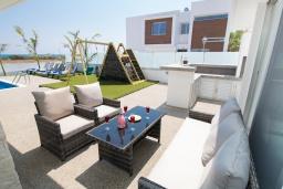 Патио. Кипр, Ионион - Айя Текла : Современная вилла с потрясающим видом на Средиземное море, с 3-мя спальнями, с бассейном с джакузи, настольным теннисом, тенистой террасой с патио и уличным баром, детской площадкой, расположена в тихом районе около пляжа Ayia Thekla Beach