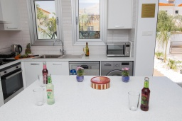 Кухня. Кипр, Ионион - Айя Текла : Современная вилла с потрясающим видом на Средиземное море, с 3-мя спальнями, с бассейном с джакузи, настольным теннисом, тенистой террасой с патио и уличным баром, детской площадкой, расположена в тихом районе около пляжа Ayia Thekla Beach