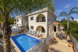 Вид на виллу/дом снаружи. Кипр, Каво Марис Протарас : Замечательная вилла с террасой на крыше с видом на Средиземное море, с 4-мя спальнями, с бассейном, патио и барбекю, расположена в 400 метрах от пляжа Green Bay Beach