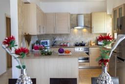 Кухня. Кипр, Каппарис : Очаровательная вилла с видом на Средиземное море, с 4-мя спальнями, с бассейном, солнечной террасой с патио и барбекю, расположена около пляжа Malama Beach