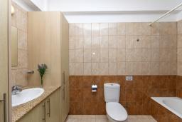 Ванная комната. Кипр, Каппарис : Очаровательная вилла с видом на Средиземное море, с 4-мя спальнями, с бассейном, солнечной террасой с патио и барбекю, расположена около пляжа Malama Beach