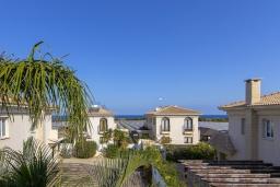 Вид на море. Кипр, Каппарис : Очаровательная вилла с видом на Средиземное море, с 4-мя спальнями, с бассейном, солнечной террасой с патио и барбекю, расположена около пляжа Malama Beach