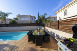 Зона отдыха у бассейна. Кипр, Каппарис : Очаровательная вилла с видом на Средиземное море, с 4-мя спальнями, с бассейном, солнечной террасой с патио и барбекю, расположена около пляжа Malama Beach