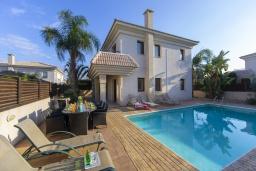 Вид на виллу/дом снаружи. Кипр, Каппарис : Очаровательная вилла с видом на Средиземное море, с 4-мя спальнями, с бассейном, солнечной террасой с патио и барбекю, расположена около пляжа Malama Beach