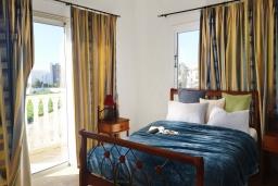 Спальня. Кипр, Ионион - Айя Текла : Прекрасная вилла с беспрепятственным видом на Средиземное море, с 3-мя спальнями, с бассейном, солнечной террасой и каменным барбекю, расположена в 50 метрах от пляжа Ayia Thekla Beach