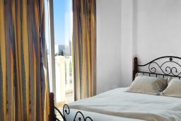 Спальня 2. Кипр, Ионион - Айя Текла : Прекрасная вилла с беспрепятственным видом на Средиземное море, с 3-мя спальнями, с бассейном, солнечной террасой и каменным барбекю, расположена в 50 метрах от пляжа Ayia Thekla Beach
