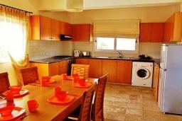 Кухня. Кипр, Ионион - Айя Текла : Прекрасная вилла с беспрепятственным видом на Средиземное море, с 3-мя спальнями, с бассейном, солнечной террасой и каменным барбекю, расположена в 50 метрах от пляжа Ayia Thekla Beach