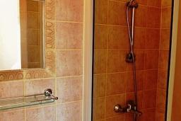 Ванная комната. Кипр, Ионион - Айя Текла : Прекрасная вилла с беспрепятственным видом на Средиземное море, с 3-мя спальнями, с бассейном, солнечной террасой и каменным барбекю, расположена в 50 метрах от пляжа Ayia Thekla Beach