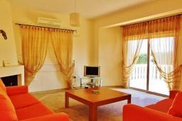 Гостиная. Кипр, Ионион - Айя Текла : Прекрасная вилла с беспрепятственным видом на Средиземное море, с 3-мя спальнями, с бассейном, солнечной террасой и каменным барбекю, расположена в 50 метрах от пляжа Ayia Thekla Beach