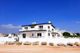 Вид на виллу/дом снаружи. Кипр, Ионион - Айя Текла : Прекрасная вилла с беспрепятственным видом на Средиземное море, с 3-мя спальнями, с бассейном, солнечной террасой и каменным барбекю, расположена в 50 метрах от пляжа Ayia Thekla Beach