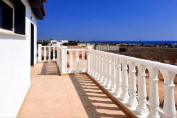 Балкон. Кипр, Ионион - Айя Текла : Прекрасная вилла с беспрепятственным видом на Средиземное море, с 3-мя спальнями, с бассейном, солнечной террасой и каменным барбекю, расположена в 50 метрах от пляжа Ayia Thekla Beach