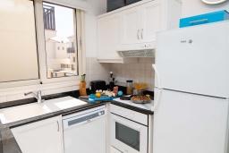 Кухня. Кипр, Каппарис : Очаровательная вилла с 2-мя спальнями, 2-мя ванными комнатами, с бассейном, тенистой террасой с патио и барбекю, расположена около пляжа Malama Beach