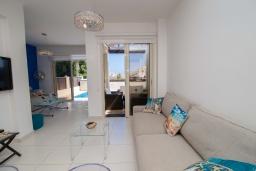 Гостиная. Кипр, Каппарис : Очаровательная вилла с 2-мя спальнями, 2-мя ванными комнатами, с бассейном, тенистой террасой с патио и барбекю, расположена около пляжа Malama Beach