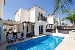 Вид на виллу/дом снаружи. Кипр, Каппарис : Очаровательная вилла с 2-мя спальнями, 2-мя ванными комнатами, с бассейном, тенистой террасой с патио и барбекю, расположена около пляжа Malama Beach