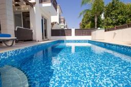 Бассейн. Кипр, Каппарис : Очаровательная вилла с 2-мя спальнями, 2-мя ванными комнатами, с бассейном, тенистой террасой с патио и барбекю, расположена около пляжа Malama Beach