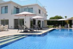 Вид на виллу/дом снаружи. Кипр, Каво Марис Протарас : Фантастическая современная вилла с террасой на крыше с видом на Средиземное море, с 4-мя спальнями, с бассейном, патио, барбекю и уличной барной стойкой, расположена недалеко от пляжа Vizakia Beach