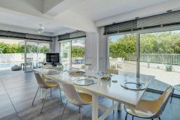 Обеденная зона. Кипр, Каво Марис Протарас : Фантастическая современная вилла с террасой на крыше с видом на Средиземное море, с 4-мя спальнями, с бассейном, патио, барбекю и уличной барной стойкой, расположена недалеко от пляжа Vizakia Beach