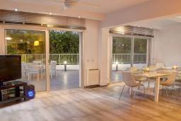 Гостиная. Кипр, Каво Марис Протарас : Фантастическая современная вилла с террасой на крыше с видом на Средиземное море, с 4-мя спальнями, с бассейном, патио, барбекю и уличной барной стойкой, расположена недалеко от пляжа Vizakia Beach