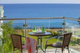 Балкон. Кипр, Фиг Три Бэй Протарас : Современный апартамент с потрясающим видом на Средиземное море, с отдельной спальней, гостиной, расположен в комплексе с бассейном и теннисным кортом в 50 метрах от пляжа