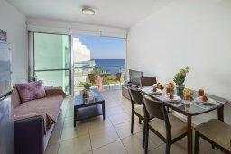 Гостиная. Кипр, Фиг Три Бэй Протарас : Современный апартамент с потрясающим видом на Средиземное море, с отдельной спальней, гостиной, расположен в комплексе с бассейном и теннисным кортом в 50 метрах от пляжа