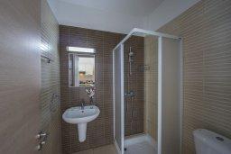 Ванная комната. Кипр, Фиг Три Бэй Протарас : Современный апартамент с потрясающим видом на Средиземное море, с отдельной спальней, гостиной, расположен в комплексе с бассейном и теннисным кортом в 50 метрах от пляжа
