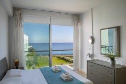 Спальня. Кипр, Фиг Три Бэй Протарас : Современный апартамент с потрясающим видом на Средиземное море, с отдельной спальней, гостиной, расположен в комплексе с бассейном и теннисным кортом в 50 метрах от пляжа