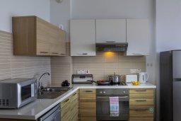 Кухня. Кипр, Фиг Три Бэй Протарас : Современный апартамент с потрясающим видом на Средиземное море, с отдельной спальней, гостиной, расположен в комплексе с бассейном и теннисным кортом в 50 метрах от пляжа