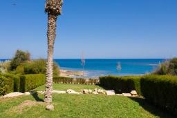 Зелёный сад. Кипр, Пернера Тринити : Пляжный апартамент с потрясающим панорамным видом на Средиземное море, с 3-мя спальнями, просторной зелёной территорией с патио и барбекю, расположен около песчаного пляжа Trinity Beach