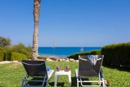 Территория. Кипр, Пернера Тринити : Пляжный апартамент с потрясающим панорамным видом на Средиземное море, с 3-мя спальнями, просторной зелёной территорией с патио и барбекю, расположен около песчаного пляжа Trinity Beach