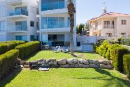 Вид на виллу/дом снаружи. Кипр, Пернера Тринити : Пляжный апартамент с потрясающим панорамным видом на Средиземное море, с 3-мя спальнями, просторной зелёной территорией с патио и барбекю, расположен около песчаного пляжа Trinity Beach