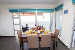 Обеденная зона. Кипр, Пернера Тринити : Пляжный апартамент с потрясающим панорамным видом на Средиземное море, с 3-мя спальнями, просторной зелёной территорией с патио и барбекю, расположен около песчаного пляжа Trinity Beach