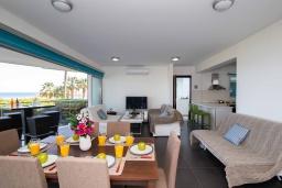 Гостиная. Кипр, Пернера Тринити : Пляжный апартамент с потрясающим панорамным видом на Средиземное море, с 3-мя спальнями, просторной зелёной территорией с патио и барбекю, расположен около песчаного пляжа Trinity Beach