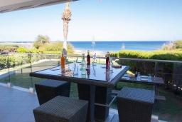 Балкон. Кипр, Пернера Тринити : Пляжный апартамент с потрясающим панорамным видом на Средиземное море, с 3-мя спальнями, просторной зелёной территорией с патио и барбекю, расположен около песчаного пляжа Trinity Beach