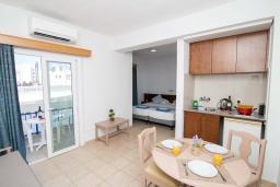 Студия (гостиная+кухня). Кипр, Санрайз Протарас : Очаровательная студия с уютным балконом, расположена в самом центре Протараса в 350м от песчаного пляжа Sunrise Beach