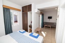 Спальня. Кипр, Санрайз Протарас : Уютная студия с уютным балконом, расположена в самом центре Протараса в 350м от песчаного пляжа Sunrise Beach