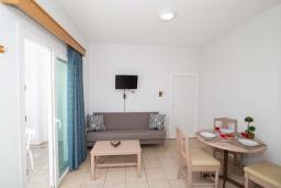 Студия (гостиная+кухня). Кипр, Санрайз Протарас : Уютная студия с уютным балконом, расположена в самом центре Протараса в 350м от песчаного пляжа Sunrise Beach