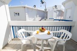 Балкон. Кипр, Санрайз Протарас : Уютная студия с уютным балконом, расположена в самом центре Протараса в 350м от песчаного пляжа Sunrise Beach