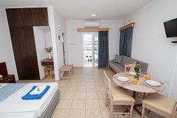 Студия (гостиная+кухня). Кипр, Санрайз Протарас : Милая студия с уютным балконом, расположена в самом центре Протараса в 350м от песчаного пляжа Sunrise Beach