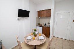 Обеденная зона. Кипр, Санрайз Протарас : Милая студия с уютным балконом, расположена в самом центре Протараса в 350м от песчаного пляжа Sunrise Beach