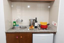 Кухня. Кипр, Санрайз Протарас : Комфортная студия с уютным балконом, расположена в самом центре Протараса в 350м от песчаного пляжа Sunrise Beach