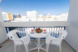 Вид на море. Кипр, Санрайз Протарас : Комфортная студия с уютным балконом, расположена в самом центре Протараса в 350м от песчаного пляжа Sunrise Beach