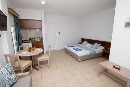 Гостиная. Кипр, Санрайз Протарас : Просторная студия с уютным балконом, расположена в самом центре Протараса в 350м от песчаного пляжа Sunrise Beach
